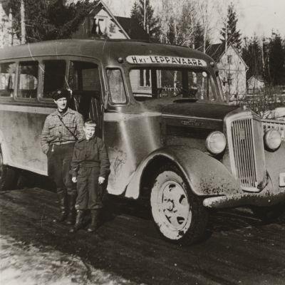 Linja-auto komeasti nimetyllä Valtatiellä vuonna 1936.