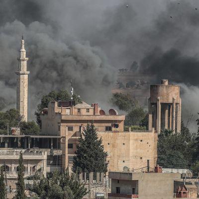 Rök stiger från en syriska stad i samband med den turkiska offensiven mot Syrien i oktober 2019.