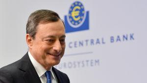 ECB:s chef Mario Draghi meddelar om stimulansåtgärder i Frankfurt.