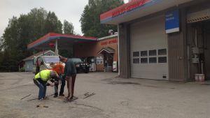 Jordmånsprov tas vid en bränslemack i Sjundeå.