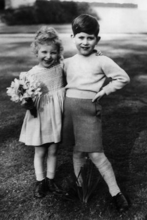 Prinsessan Anne 3 år och prins Charles 5 år. Windsor april 1954.