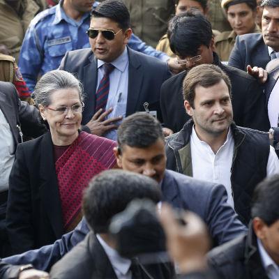 Sonia och Rahul Gandhi på väg mot rätthuset i New Delhi