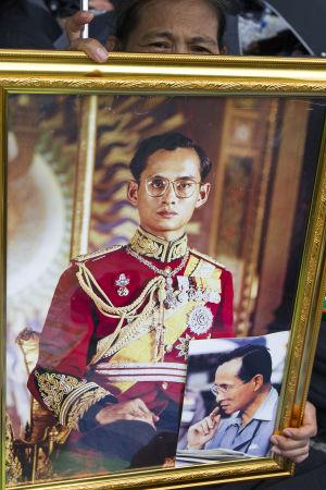 Sörjande bär på porträtt av kungen.