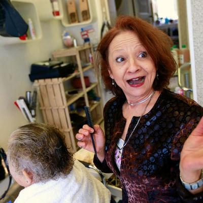 Marta är både själavårdare och frisör