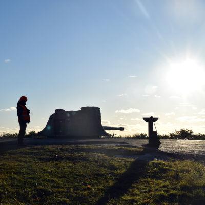En soldat vid en kanon på Russarö i Hangö.
