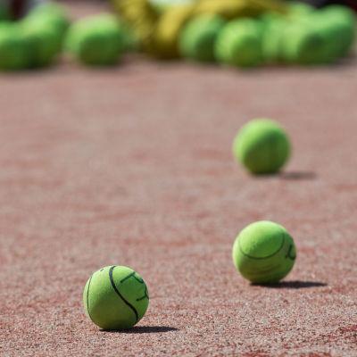 pesäpalloja kuvassa