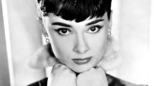 Nuori Audrey Hepburn poseeraa lähikuvassa.