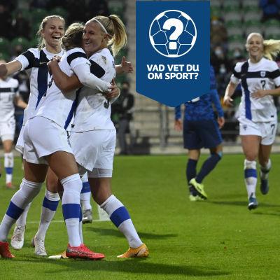 Finländska spelare firar ett mål genom att omfamna varandra.