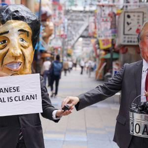 Japanska miljöaktivister protesterade mot Japans och USA:s miljöpolitik genom att klä på sig maskar med Shinzo Abe och Donald Trump