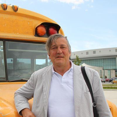 Näyttelijä Stephen Fry reissaa vanhalla koulubussilla seitsemässä Keski-Amerikan maassa.