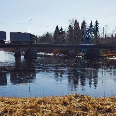 Rekka ylittää Perhonjoen Storån siltaa pitkin Kokkolassa.