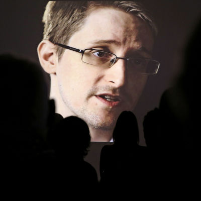 Publik tittar på en stor skärm där Edward Snowden syns.