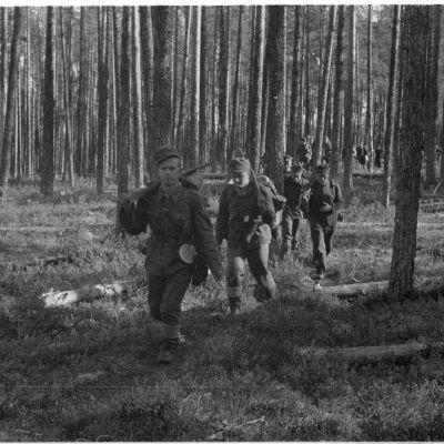 Kaukopartiomiehiä metsässä