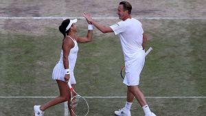Henri Kontinen och Heather Watson gör high five