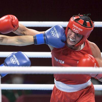 Mira Potkonen i rött delar och tar emot ut slag mot sydkoreanska motståndare.