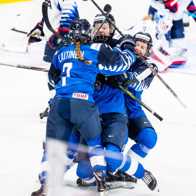 Finland firar Elisa Holopainens 1–0-mål.