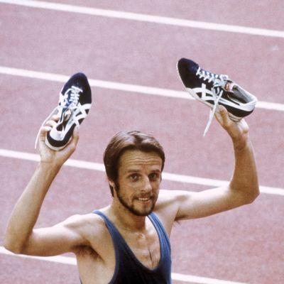 Lasse Viren tuulettaa 5000 metrin olympiavoittoaan Montréalissa vuonna 1976.