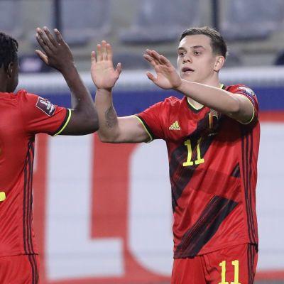Belgian Leandro Trossard (oikealla) ja Jeremy Doku juhlivat maalia.