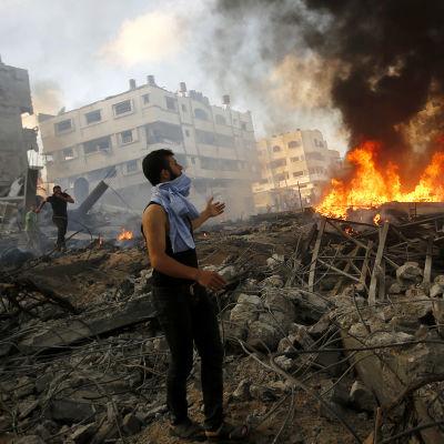 palestinsk man bland bråte i gaza