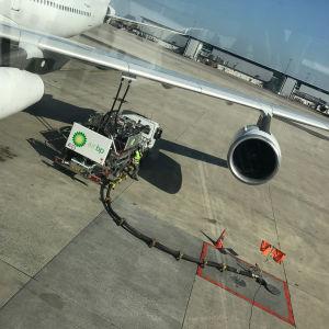 Polttoainetta tankataan lentokoneeseen maanalaisen putkiston avulla.