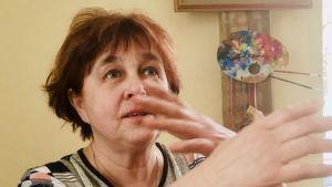 Maruta Stabulniece använder händerna som hjälpmedel när hon talar ivrigt och engagerat.