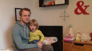 Fredrik Flink med dottern Esther.