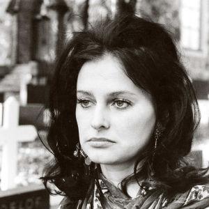 Eeva-Maija Haukinen on Eila, joka joutuu juorujournalistin riepoteltavaksi elokuvassa Kun taivas putoaa... (1973).