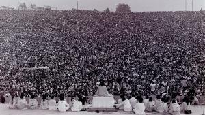 Swami Satchidananda håller invigningstalet vid Woodstock-festivalen år 1969.