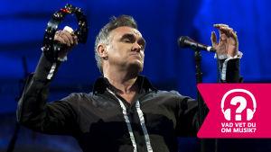 Morrissey spelar på tamburin.