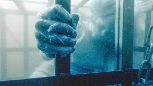 Ett kvinnligt offer sänkt i vattnet i tv-serien Sorjonen.