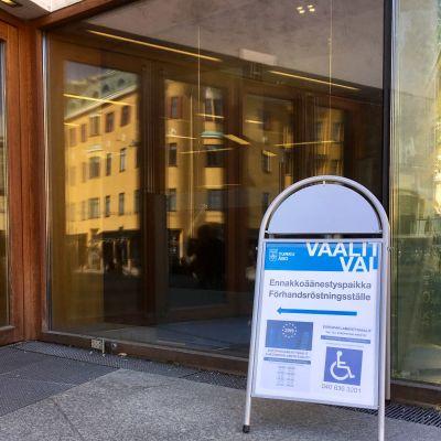 En skylt för förhandsröstningsställe utanför Stadsbibliotekets dörr.