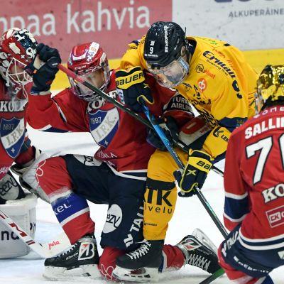 Joonas Lyytinen och Heikki Liedes i närkamp framför Frans Tuohimaas mål.