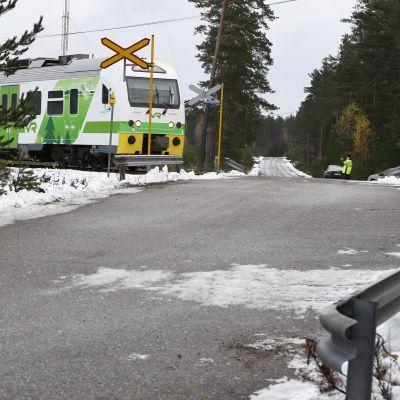 Rälsbussen kör genom plankorsningen i Skogby i Raseborg.