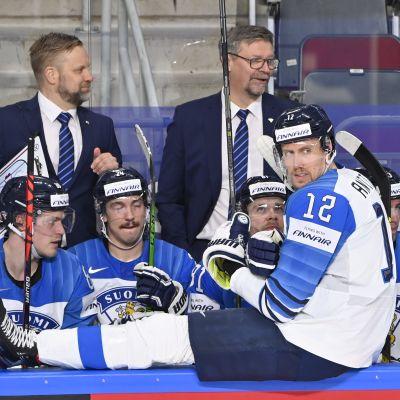 Finlands lag med kaptenen Marko Anttila i spetsen på bänken under VM-matchen mot Kanada 2021.