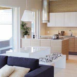 Inredning i vardagsrum och kök.