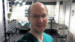 Hudläkare Carl Kyrklund i ett mottagningsrum.