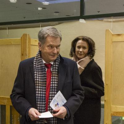 Sauli Niinistö och Jenni Haukio förhandsröstar i presidentvalet 2018.