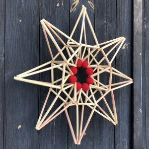 Stjärna gjord av vassrör upphängd på en vägg
