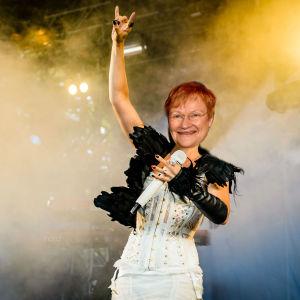 Mixup av Tarja Halonen och Tarja Turunen på scenen med rökmoln i bakgrunden.
