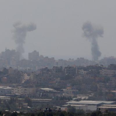 Israel har bombat tiotals mål i tätt bebodda Gaza under det senaste dygnet