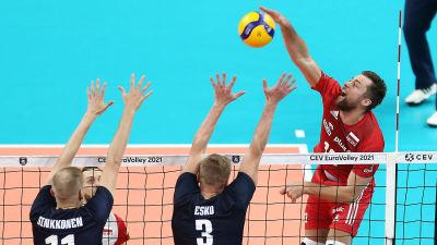 Finland och Polen spelar volleyboll.