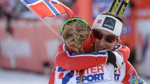 Marit Björgen kramar om Therese Johaug, VM 2015.
