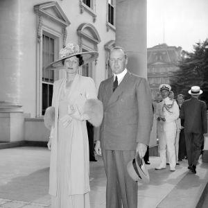 Svartvit bild av prinsessan Märta och prins Olav utanför Vita huset i Washington.