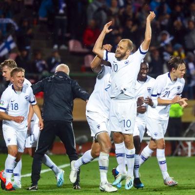 Teemu Pukki firar 1–1-kvitteringen mot Italien.