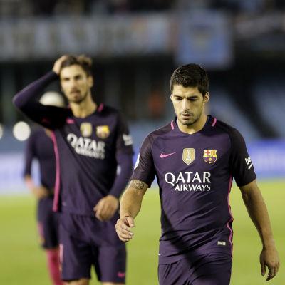 Luis Suarez går besviken av plan.
