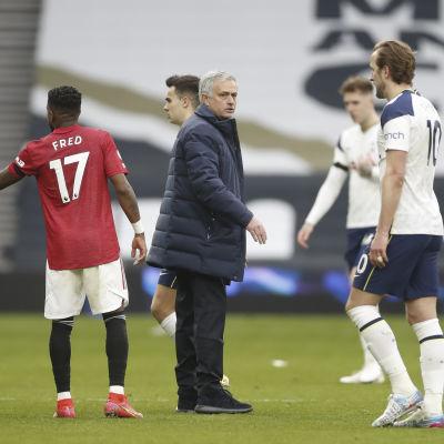 Josè Mourinho ser fundersam ut mellan spelare.
