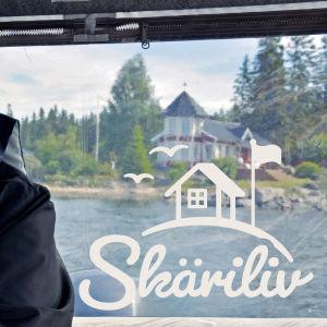 Ingemar Tåg kör båt.