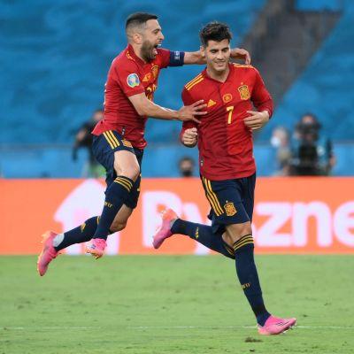 Alvaro Morata och Jordi Alba firar Spaniens öppningsmål.