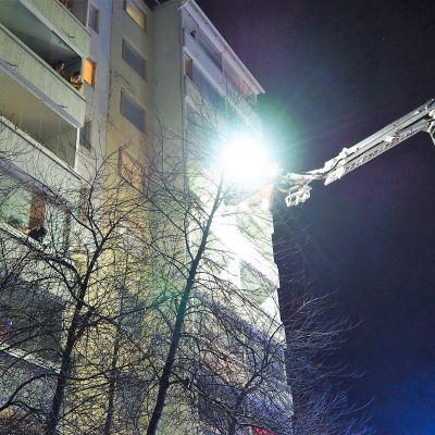 Pelastuslaitoksen nosturiauto Tervakukkatie 15:n palohälytyksessä Oulussa.