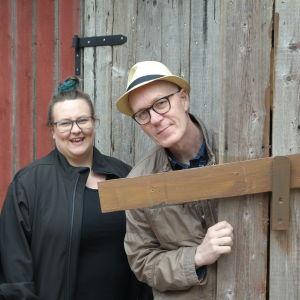 Teaterboulages Daniela Franzell, Ida Ridberg och Riddo Ridberg posserar framför en trävägg